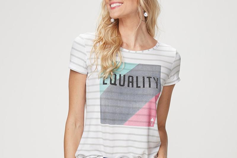 Como adotar as t-shirts com mensagens nos looks do dia a dia